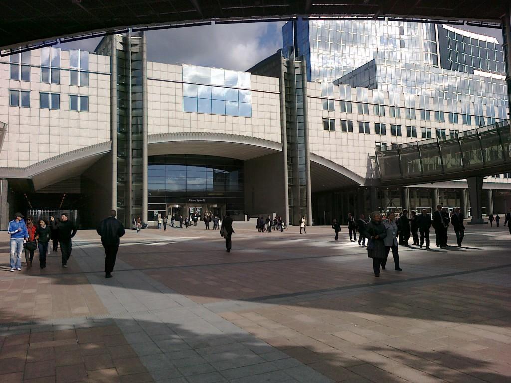 l'ingresso del Parlamento Europeo - foto: R. Leonetti